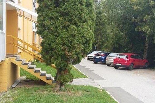 Pri BD Erbium bude oficiálne parkovisko s verejným osvetlením.