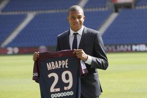 Kylian Mbappé pózuje s dresom svojho nového zamestnávateľa.
