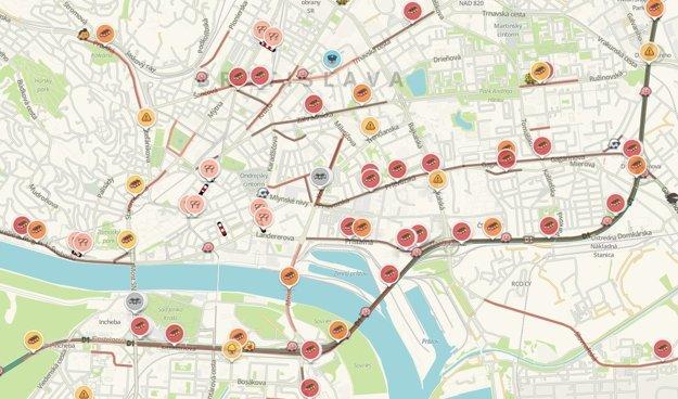 Rannú dopravu v Bratislave trápia rozsiahle kolóny.