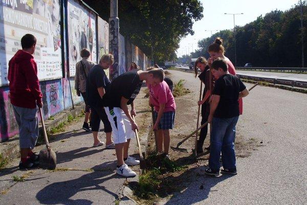 Dobrovoľníci čistia ulice.
