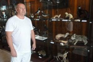 Zoológ Štefan Bleho pri preparátoch.