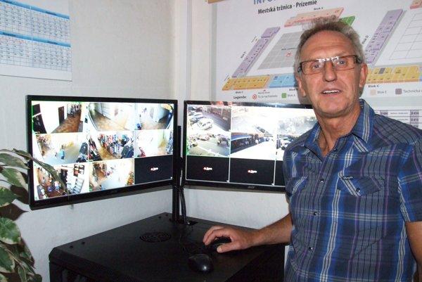 Výstup z kamier sledujú na správe tržnice, na snímke správca Milan Otott.
