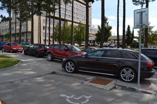 Vodiči. Napriek novým dopravným značeniam parkujú aj mimo vyhradených parkovísk.