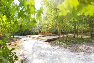 V lesíku pribudlo drevené odpočívadlo s chodníkom.