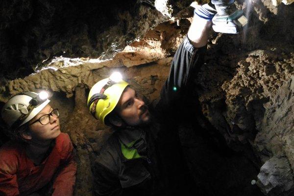 Práce v jaskyni.