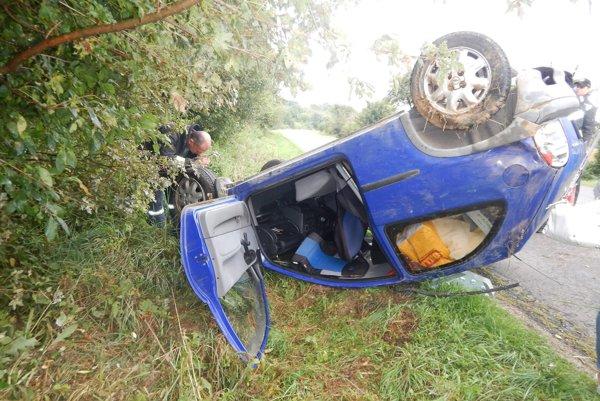 Po nehode. Auto skončilo prevrátené na streche.