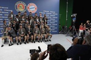 Futbalisti Bayernu Mníchov v tradičnom bavorskom oblečení počas fotenia pre spoločnosť na výrobu piva.