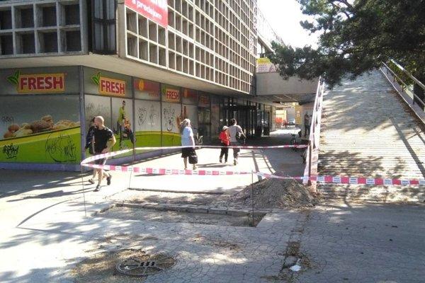 Z poškodeného miesta najskôr odstránili starý asfalt.