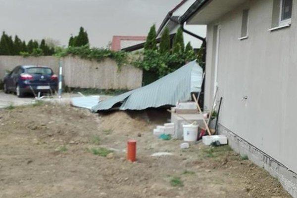 Vietor nadvihol a odniesol celú plechovú garáž.