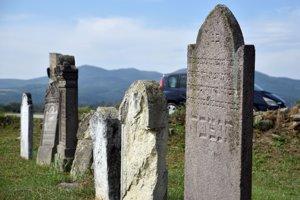 Starý židovský cintorín pred vjazdom do obce Čerhov. Za torzom pôvodnej kamennej ohrady sa nachádza približne 20 identifikovateľných náhrobných kameňov a ich fragmentov.