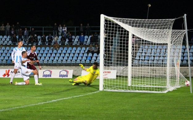 Tomáš Kóňa strieľa po rohu jediný gól zápasu.