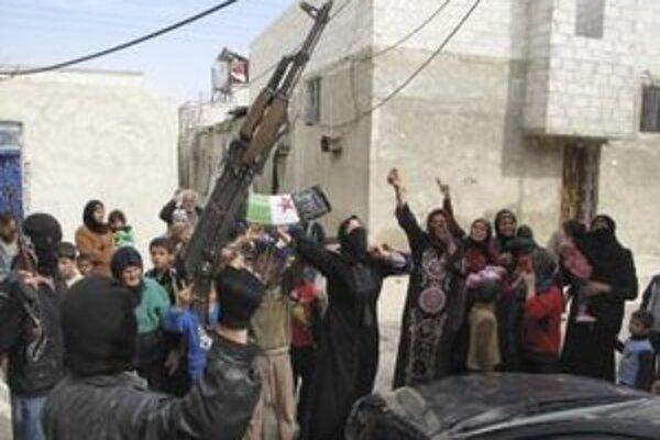 Sýrčania skandujú slogany proti sýrskemu prezidentovi Bašárovi Asadovi po príchode príslušníkov Slobodnej sýrskej armády v sýrskom Damasku.