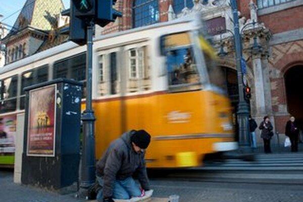 V materiálnej núdzi žije podľa Eurostatu každý piaty Maďar.