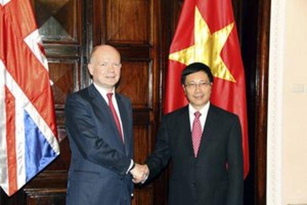 William Hague si podáva ruku s jeho vietnamským rezortným kolegom Pham Binh Minhom.
