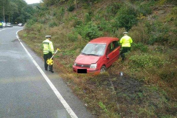Vyšetrovanie nehody. Pre haváriu bola premávka obmedzená.