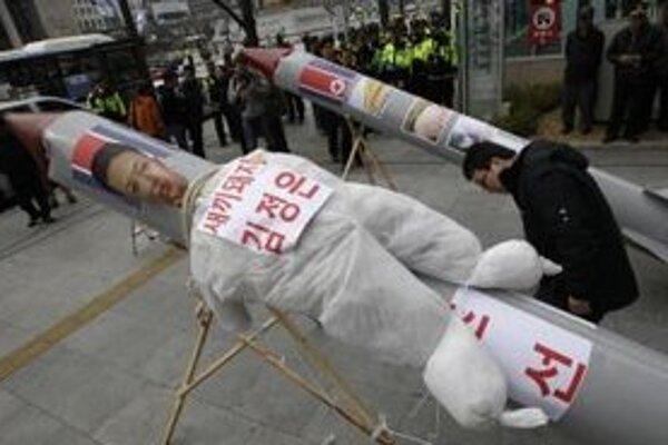 Makety rakiet s figurínou súčasného vodcu Severnej Kórey Kim Čong-una počas demonštrácie v juhokórejskom Soule.