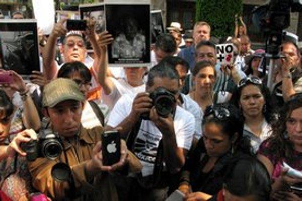 Mexickí žurnalisti počas protestu po násilnej smrti ich kolegyne Reginy Martinézovej.