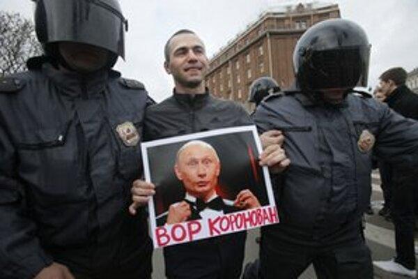 Policajti odvádzajú demonštranta s protiputinovským plagátom.