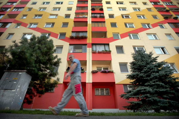 Výrazné farby na fasádach bytových domov sú v posledných rokoch v móde.