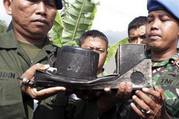 Indonézski vojaci s úlomkom havarovaného stroja.