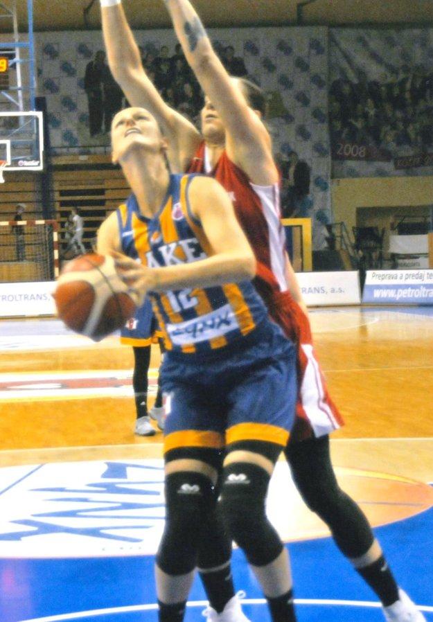 V akcii Anna Jurčenková. V súboji s obranou Miskolca vo finále Veľkej ceny Košíc.