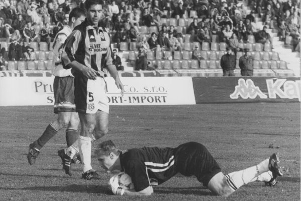 Košičan Dzúrik pred brankárom hostí - zo zápasu 1. FC Košice - Tatran Prešov.