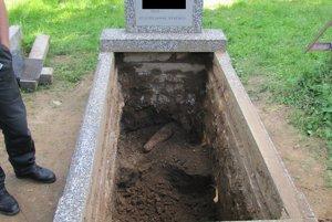 Hlina strelu vytlačila do hrobu.