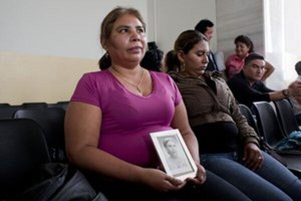 Matka jednej z obetí masakra z roku 1982 čaká na rozhodnutie súdu.