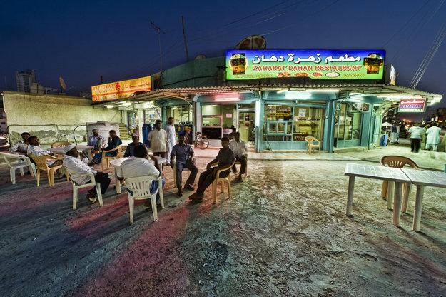 Miestne reštaurácie majú zvyčajne menu aj v angličtine.