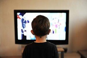 9. Pozeraním televízie oddychuje viac mladých. Celkovo však bola televízia menej populárna ako kniha u všetkých vekových kategórií.