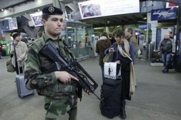 Francúzsky vojak hliadkuje na parížskej železničnej stanici Montparnasse.