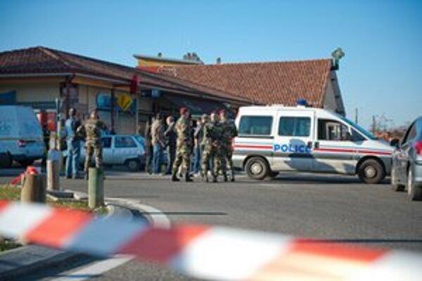 Polícia pred kasárňami v meste Montauban.