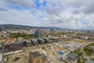 Fotografia z 12. apríla 2017, dole stavenisko projektu Sky Parku. Uprostred dole technická pamiatka Jurkovičova tepláreň, za ňou budovy projektu Twin City.