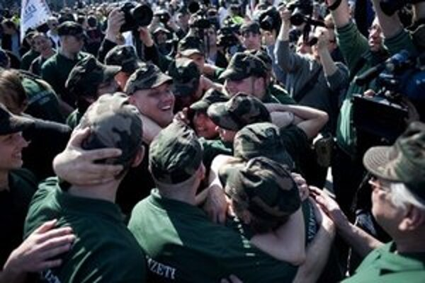 Prívrženci Jobbiku v uniformách.