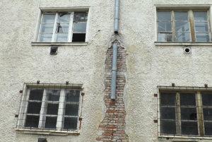 Budova na Hollého je v zlom stave.