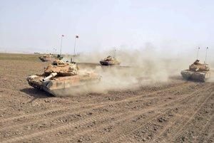 Turecké tanky počas manévrov neďaleko hraníc s Irakom.