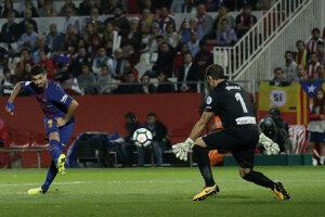 Luiz Suarez prekonáva brankára súpera.