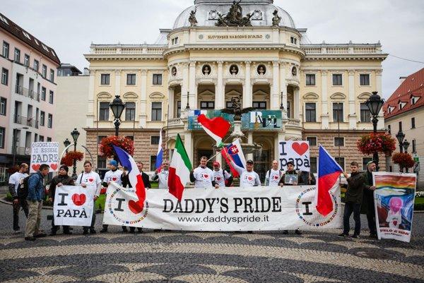 Účastníci pochodu za práva otcov.