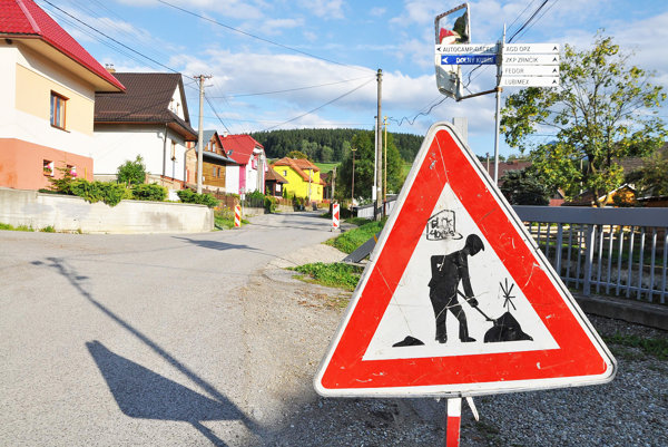 Na cestách v Oravskej Porube sa pracuje.