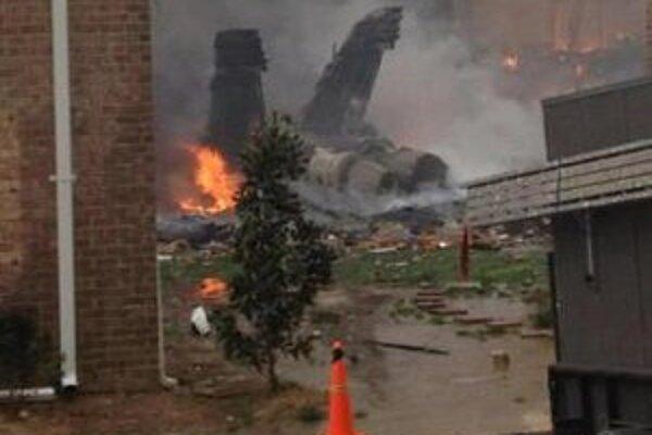Stíhačka amerického námorníctva F/A-18 Hornet po náraze do obytného domu vo Virginii Beach pri základni v Norfolku.