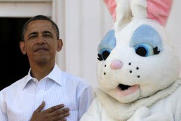 S maskotom zajaca si pri otvorení veľkonočných slávností v Bielom dome vypočul hymnu aj americký prezident.