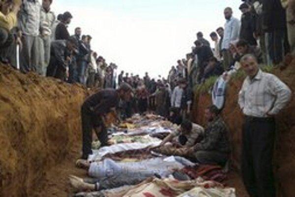 Hromadný pohreb obetí, ktoré zahynuli pri bombardovaní mesta Taftanaz.