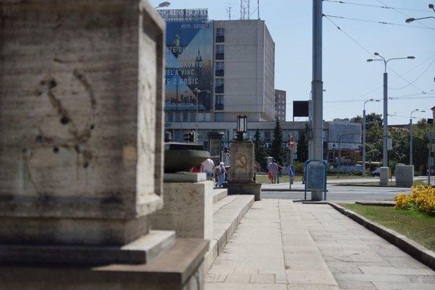 Pamätník bez symbolov. Kosáky a kladivá mizli z národnej kultúrnej pamiatky po roku 1989 viackrát.