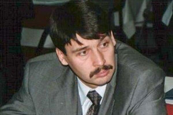 János Áder na zasadaní parlamentu v roku 2000.