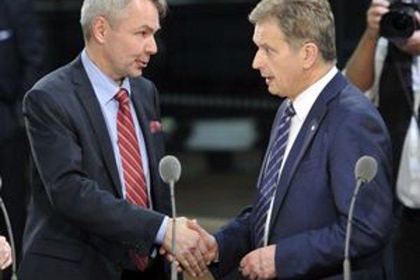 Fínsky prezidentský kandidát Sauli Niinistö z Národnej koaličnej strany (vpravo) si podáva ruku so svojím rivalom, Pekkom Haavistom zo Strany zelených.