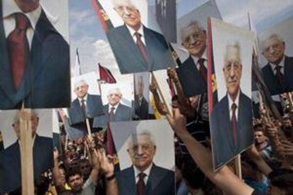 Portréty Mahmúda Abbása v rukách Palestínčanov.