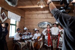 V stiesnených priestoroch dreveničky mali čo robiť filmári aj folkloristi.