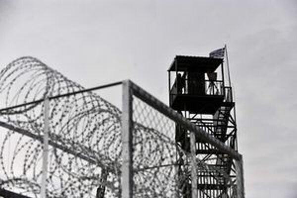 Pozorovateľňa na spornom plote proti migrantom.