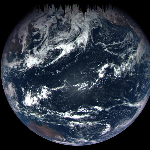 Planéta Zem zo vzdialenosti približne 170-tisíc kilometrov. Fotografia vznikla zo série záberov, ktoré spravila sonda OSIRIS-REx. KLIKNITE PRE ZVÄČŠENIE.