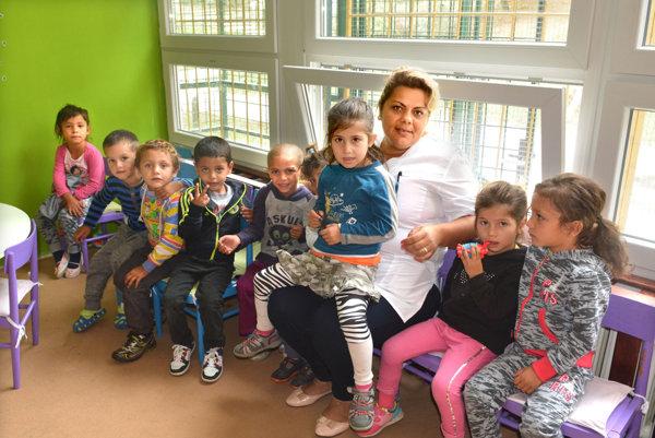 V triede. Riaditeľka Jozefína Šaňová sa deťom venuje, akoby boli jej vlastné.